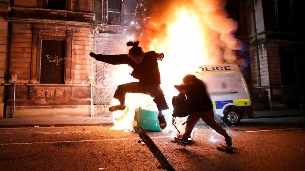 Bristol protest: Police attacked as 'Kill the Bill' demo turns violent _1176510