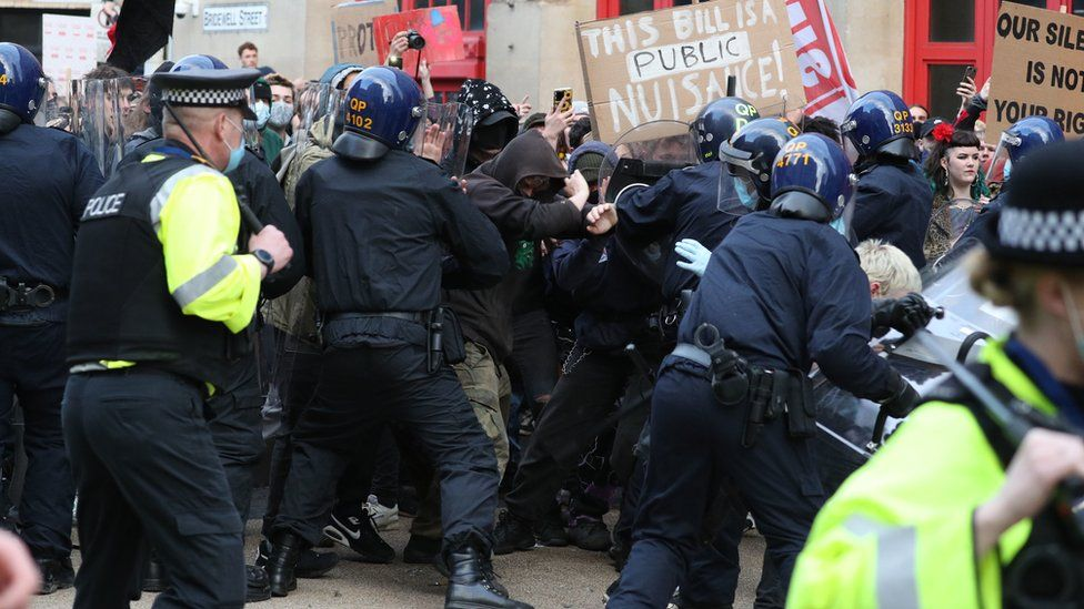 Bristol protest: Police attacked as 'Kill the Bill' demo turns violent _1176513