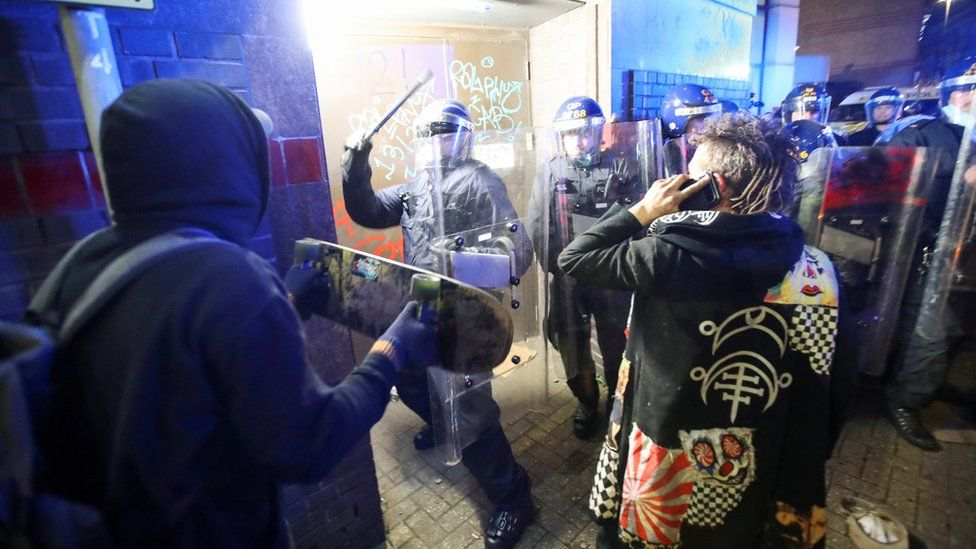 Bristol protest: Police attacked as 'Kill the Bill' demo turns violent _1176516