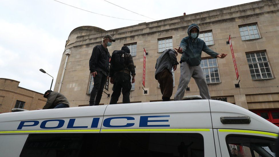 Bristol protest: Police attacked as 'Kill the Bill' demo turns violent _1176519