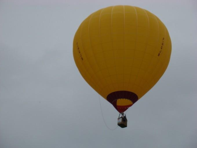 montgolfiére dans le ciel de charente Dsc08414