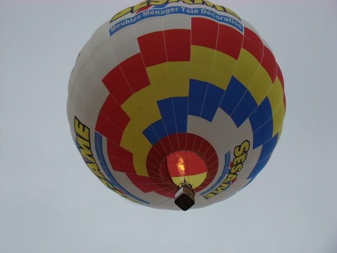 montgolfiére dans le ciel de charente Dsc08556