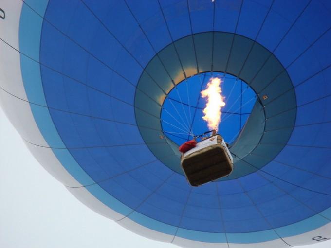 montgolfiére dans le ciel de charente Dsc08557