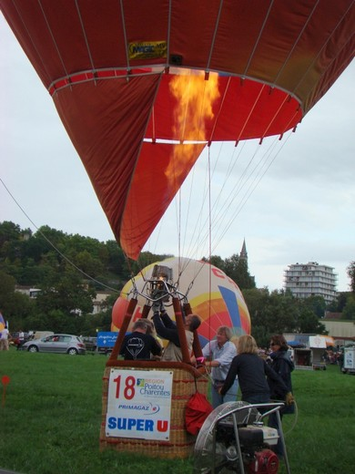 montgolfiére dans le ciel de charente Dsc08558