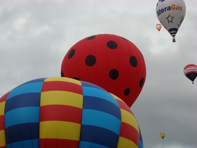 montgolfiére dans le ciel de charente Dsc08630