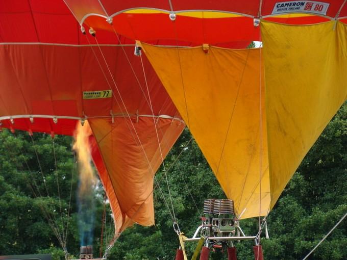 montgolfiére dans le ciel de charente Dsc08632