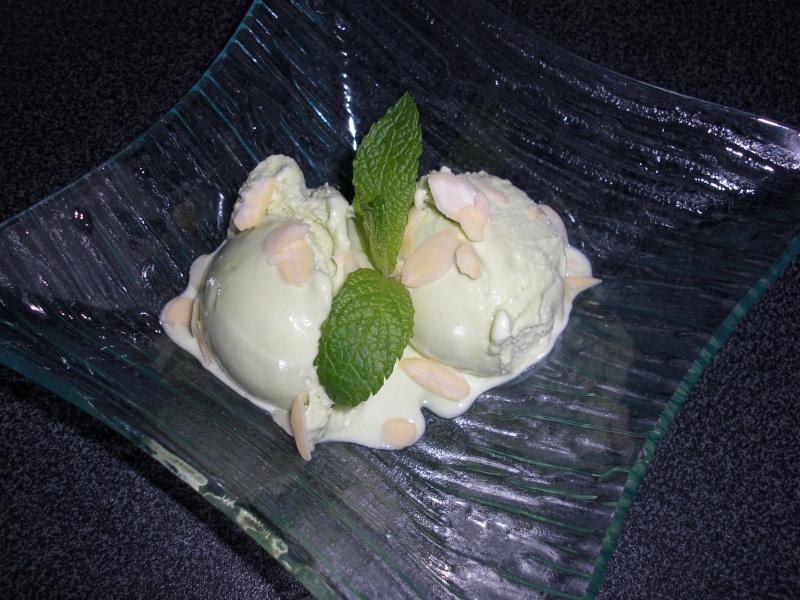 Crème glacée au thé vert à la menthe et aux amandes... 03112