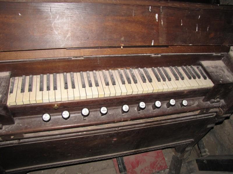 Un débutant qui aimerait en savoir plus sur un harmonium inconnu ... Clavie10