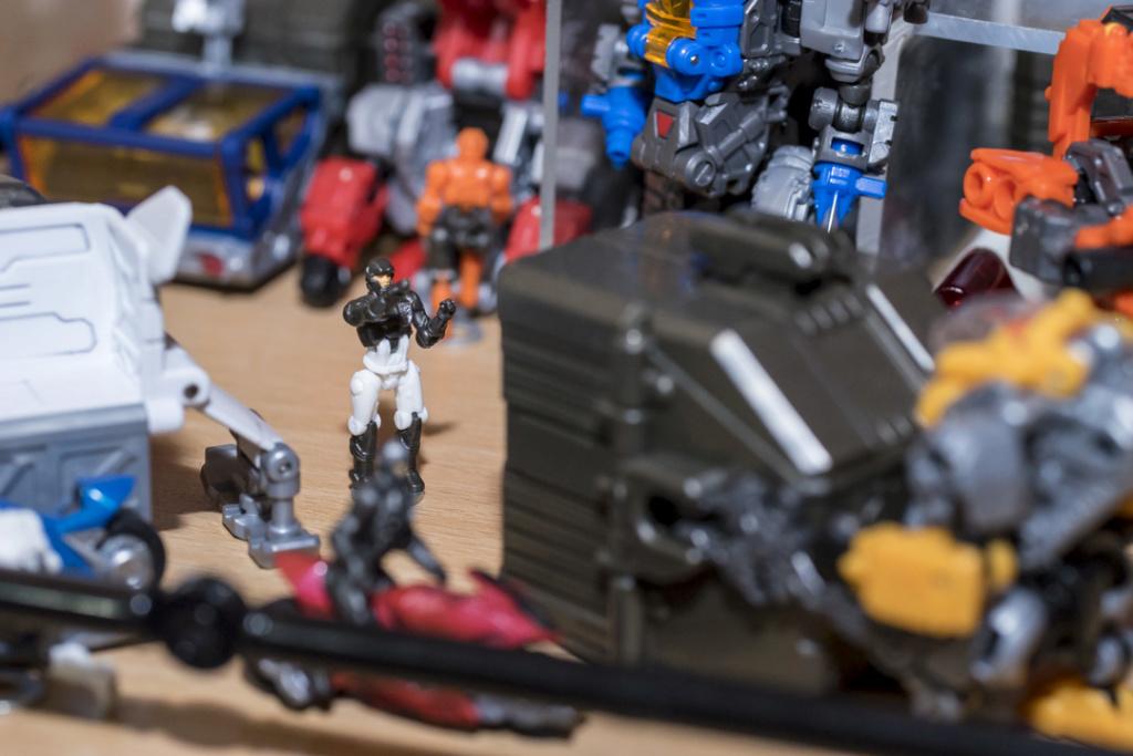 Guerres Transformers! Montrez-moi vos batailles et guerres épiques en photo ici. - Page 8 Dsc00129