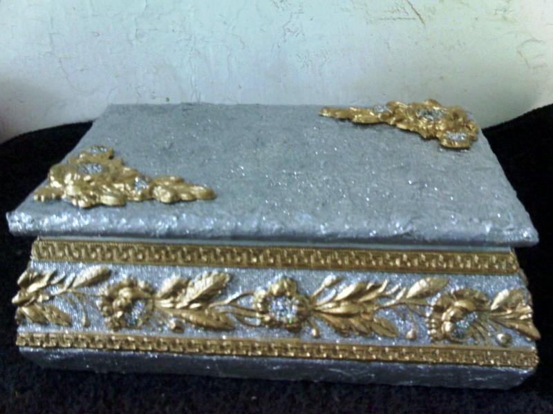 Caja de madera repujada, policromia. 14-04-20