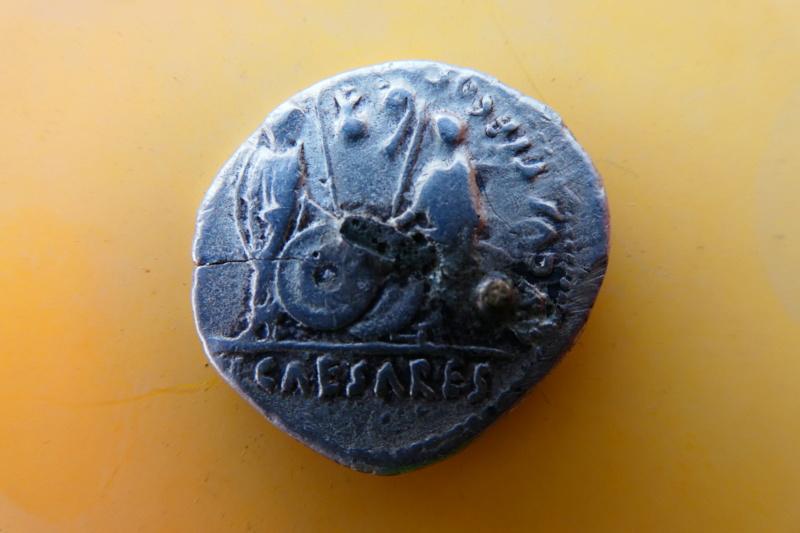 Denario de Augusto. AVGVSTI F COS DESIG PRINC IVVENT - C L CAESARES. Cayo y Lucio estantes. Lugdunum. P1000218