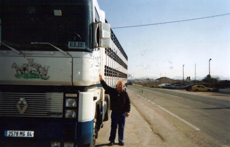 Des photos de camions bétaillères à moutons et d'autres photos de camions aussi conduit par Henry Elie . - Page 4 Rochea24