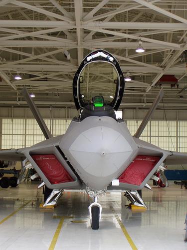 أوباما مدعو لإنقاذ طائرة التفوق أمام انتشار صواريخ روسية F22-110