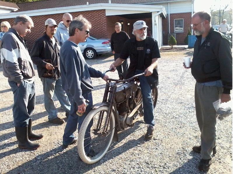 Ils ont posé avec une Harley - Page 39 Captu300
