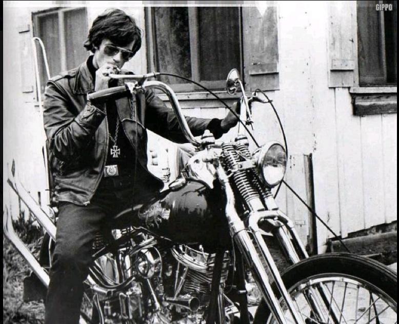 Ils ont posé avec une Harley, principalement les People - Page 2 Captu455