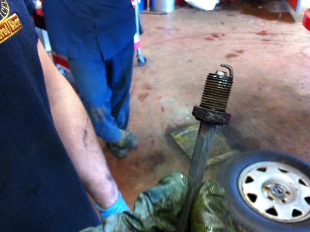 Truc pour enlever une bougie cassée dans la tête moteur Bougie16
