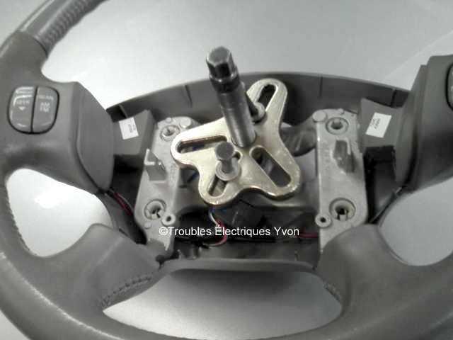 Truc pour enlever le coussin gonflable (airbag) chauffeur et le volant Sspx4511