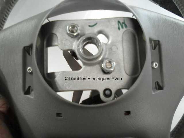 Truc pour enlever le coussin gonflable (airbag) chauffeur et le volant Sspx4512