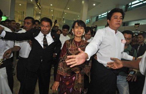 Daw Aung San Suu Kyi - Page 2 Photo_11