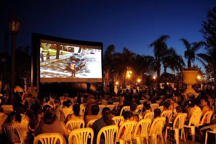 """aire - TIGRE: Ricardo Rojas disfrutó del ciclo de """"Cine al aire libre"""". 01_fot37"""