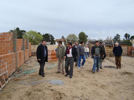 VILLA GESELL: Comenzaron las casas de los vecinos del paseo 115 y avenida 15 y en meses entregan la primera tanda. Erneta10