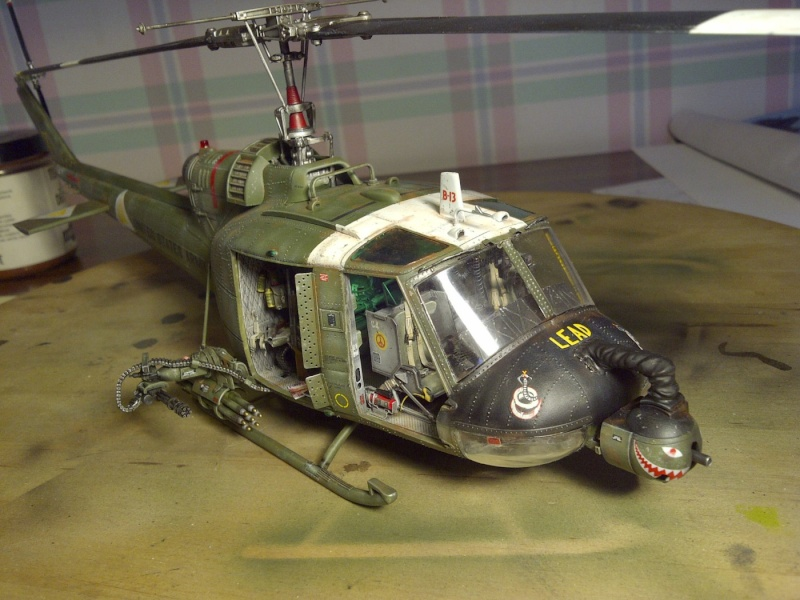 hélicoptere  UH-1C academy 1/35 - Page 2 Saint102