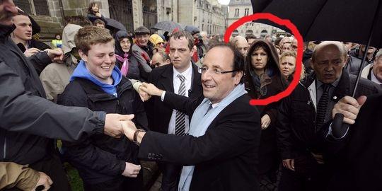 Une sorcière apparaît sur l'image du candidat Hollande  16901510