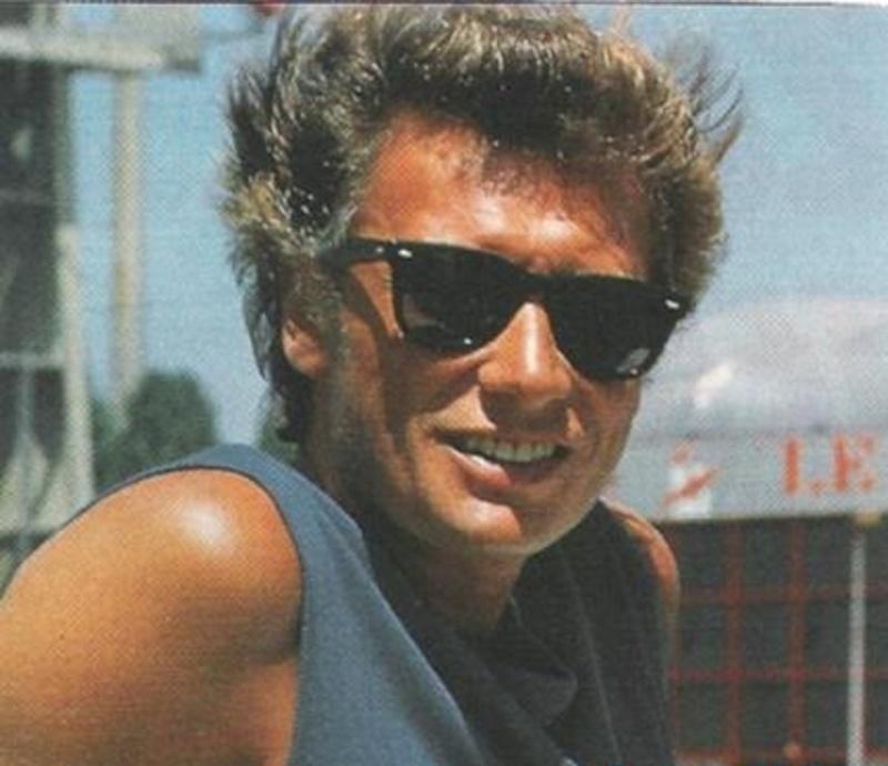 Johnny chez le coiffeur, cheveux longs cheveux courts  - Page 6 47059410