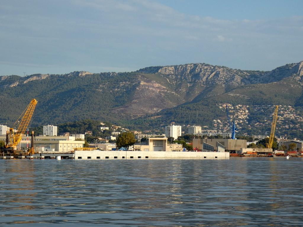[LES PORTS MILITAIRES DE MÉTROPOLE] Mouvements de Bâtiments dans la rade de Toulon - Page 25 P1120910