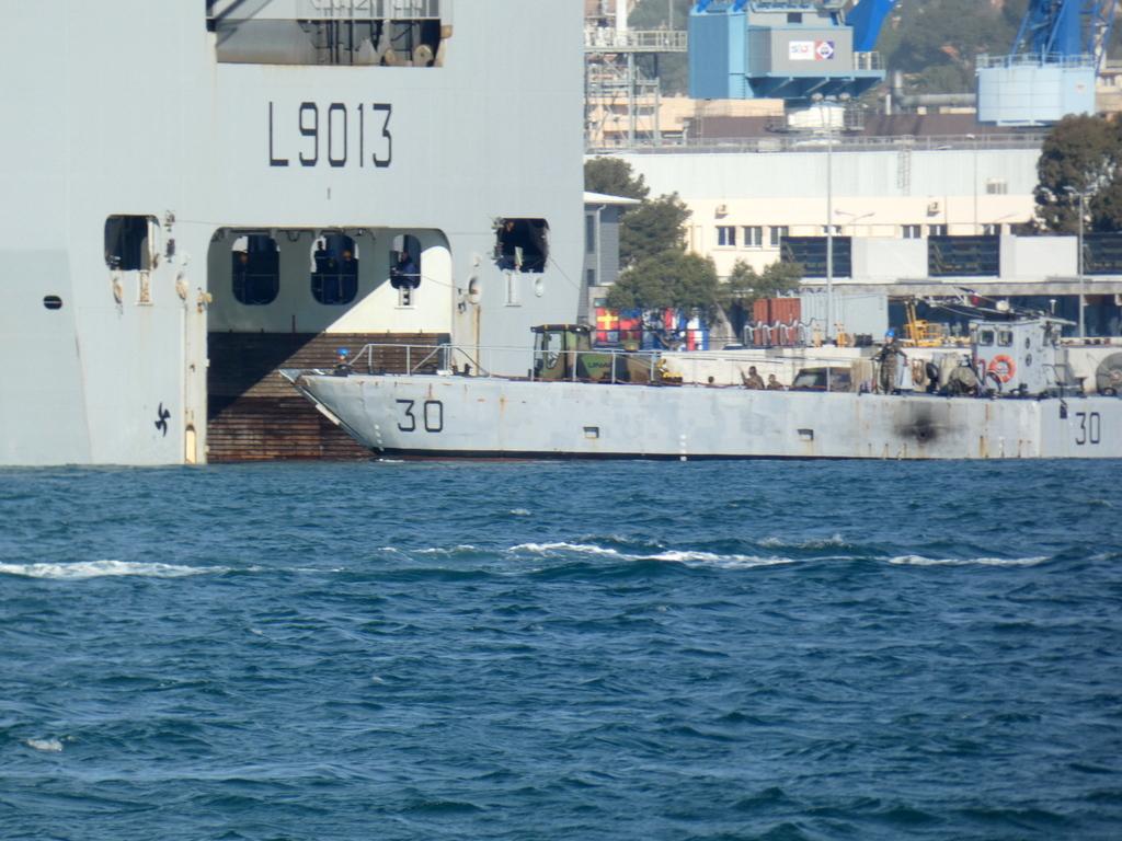 [LES PORTS MILITAIRES DE MÉTROPOLE] Mouvements de Bâtiments dans la rade de Toulon - Page 28 P1170222