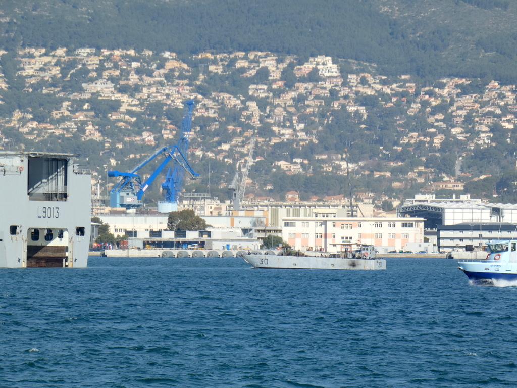 [LES PORTS MILITAIRES DE MÉTROPOLE] Mouvements de Bâtiments dans la rade de Toulon - Page 28 P1170223