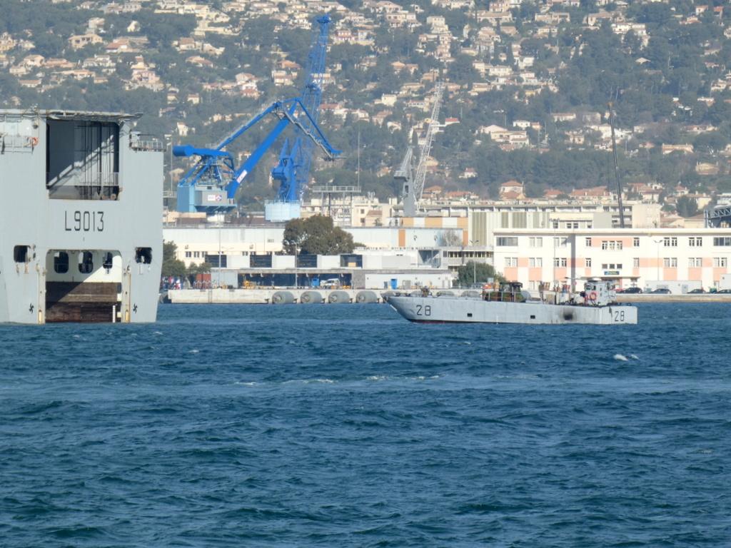 [LES PORTS MILITAIRES DE MÉTROPOLE] Mouvements de Bâtiments dans la rade de Toulon - Page 28 P1170227