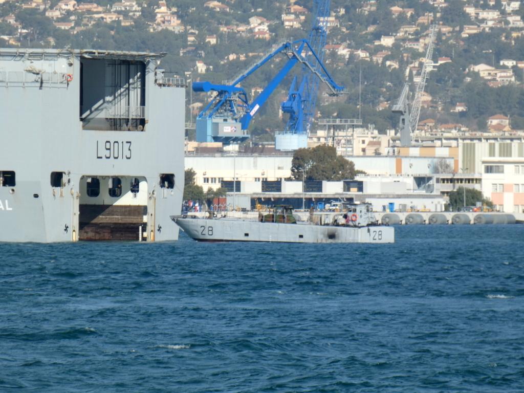 [LES PORTS MILITAIRES DE MÉTROPOLE] Mouvements de Bâtiments dans la rade de Toulon - Page 28 P1170229