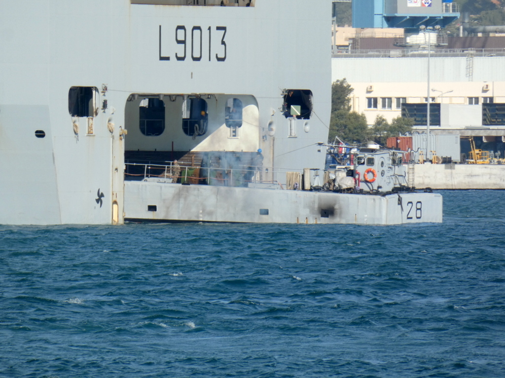 [LES PORTS MILITAIRES DE MÉTROPOLE] Mouvements de Bâtiments dans la rade de Toulon - Page 28 P1170232