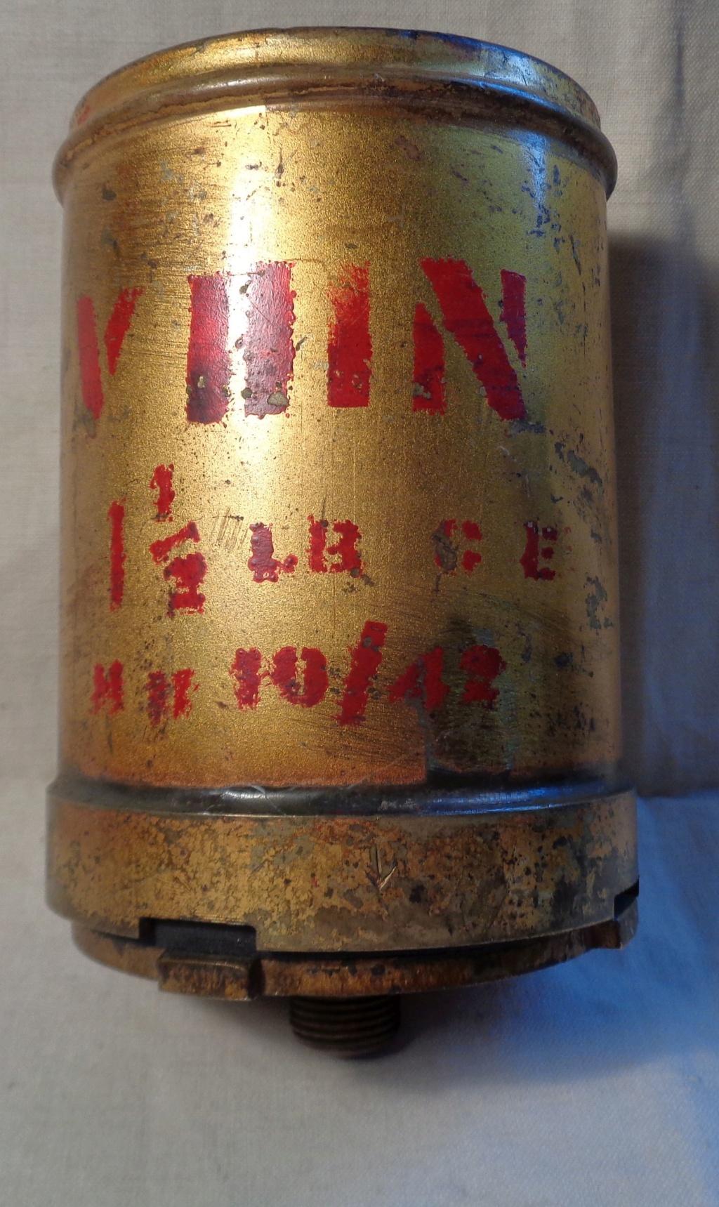 Boite a poudre en laiton ou en bronze datée 1945 ?  Dsc04330