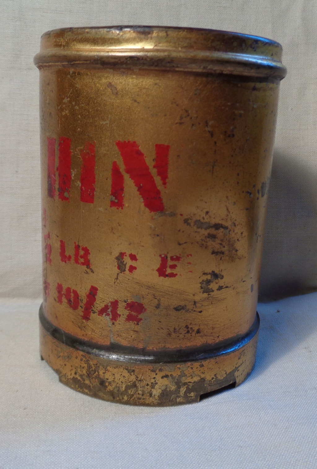Boite a poudre en laiton ou en bronze datée 1945 ?  Dsc04332
