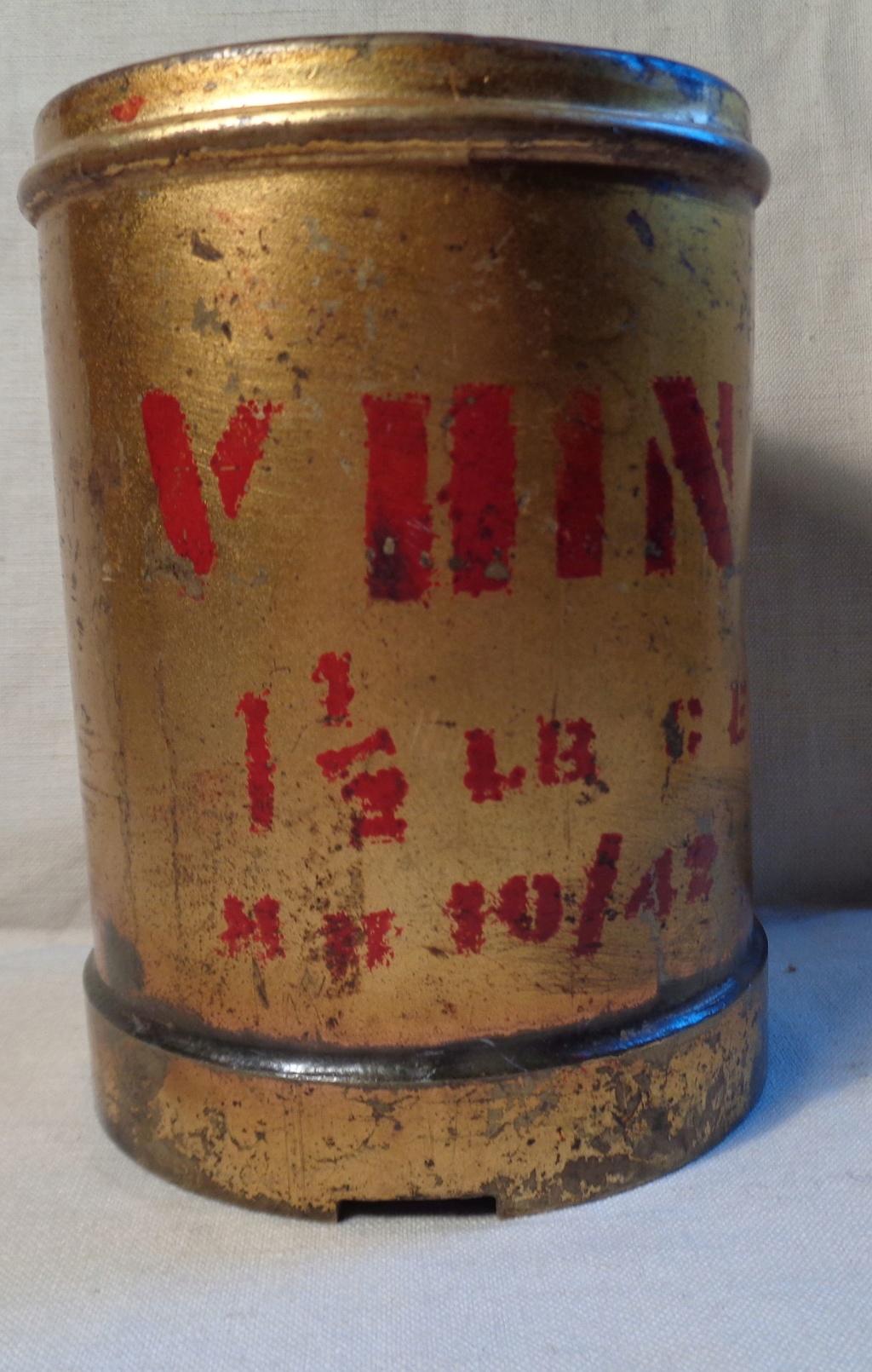 Boite a poudre en laiton ou en bronze datée 1945 ?  Dsc04333