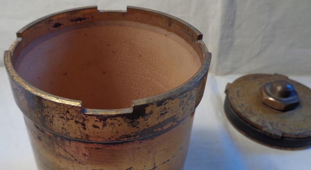 Boite a poudre en laiton ou en bronze datée 1945 ?  Dsc04334
