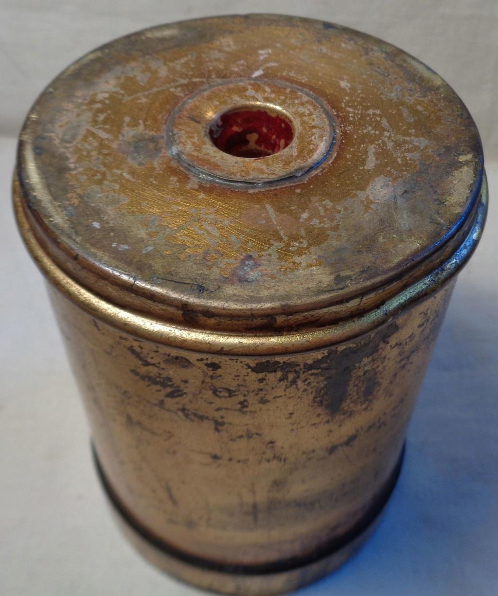Boite a poudre en laiton ou en bronze datée 1945 ?  Dsc04335