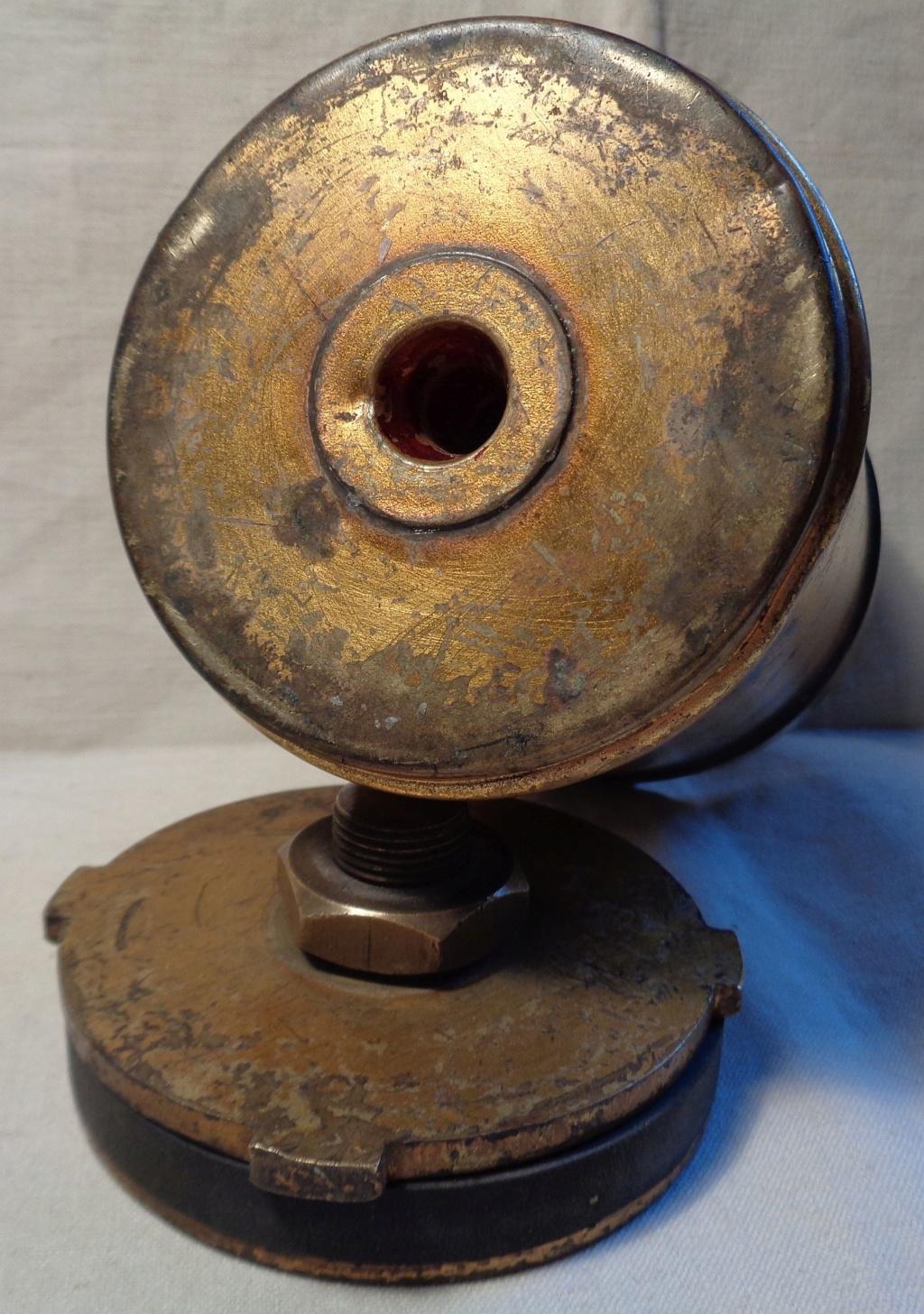 Boite a poudre en laiton ou en bronze datée 1945 ?  Dsc04336