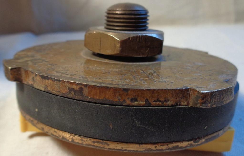 Boite a poudre en laiton ou en bronze datée 1945 ?  Dsc04337
