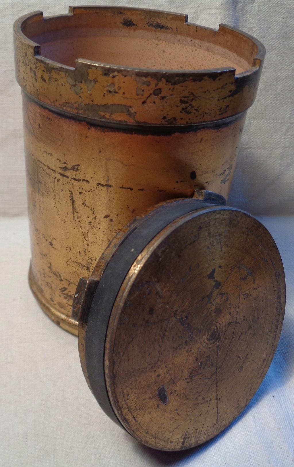 Boite a poudre en laiton ou en bronze datée 1945 ?  Dsc04339