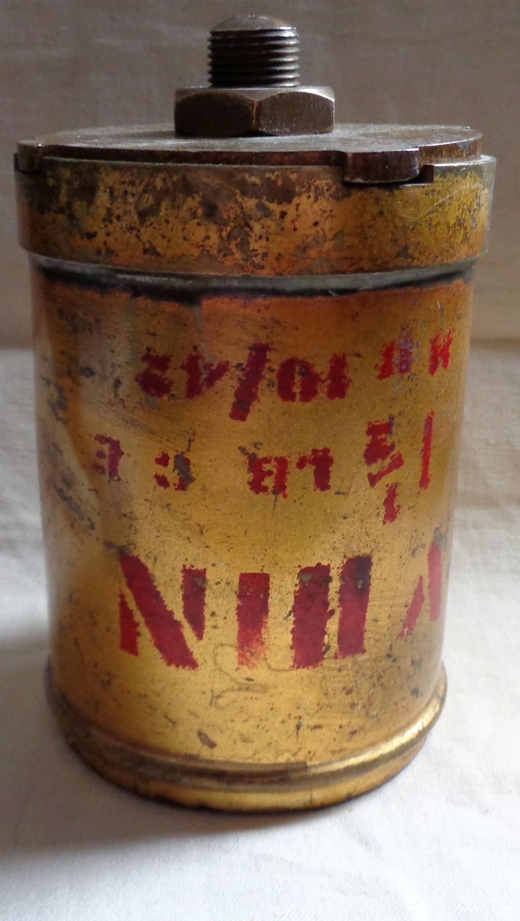 Boite a poudre en laiton ou en bronze datée 1945 ?  Dsc04341