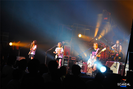 SCANDAL VIRGIN HALL TOUR 2011「BABY ACTION」 - Page 3 Live_m10