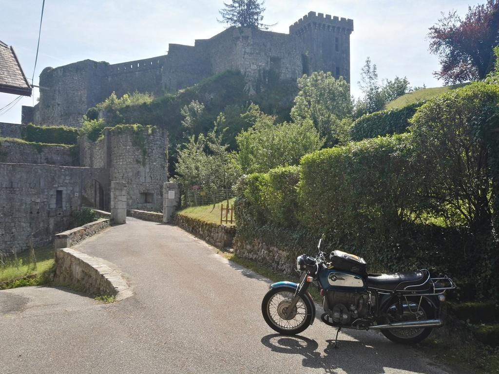 Photos de vous et de votre moto devant ....un château  - Page 16 Miolan10