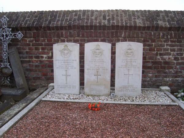3 aviateur de la raf cimetiere de cimetière de VOROUX-GOREUX bierset  Voroux10