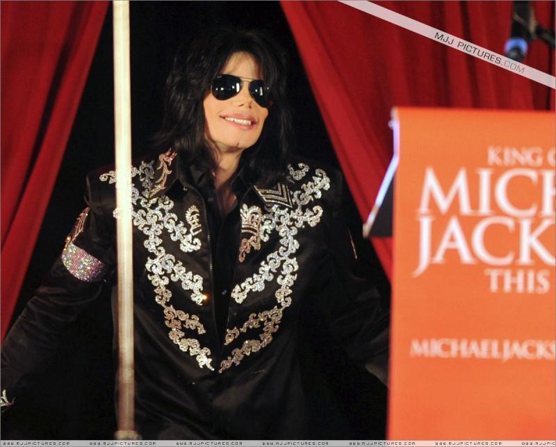 Fotos de Michael na Conferência de Imprensa O2 00110