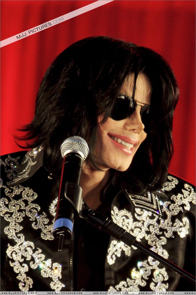 Fotos de Michael na Conferência de Imprensa O2 00810