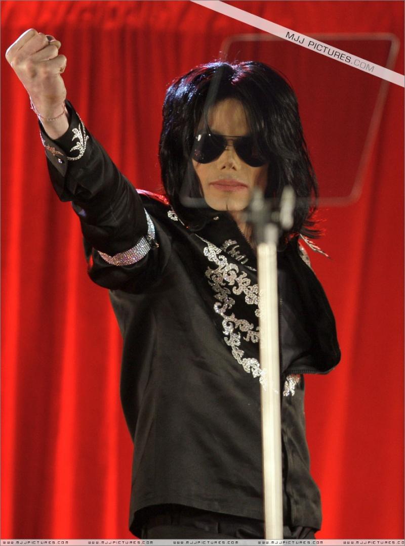 Fotos de Michael na Conferência de Imprensa O2 00910