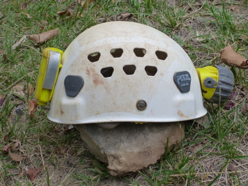 Spéléo : éclairage externe et fixation casque P1000917